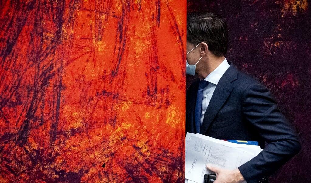 Demissionair premier Mark Rutte in de coulissen van de Tweede Kamer, tijdens het 'notulendebat' over de toeslagenaffaire.  (beeld anp / Sem van der Wal)