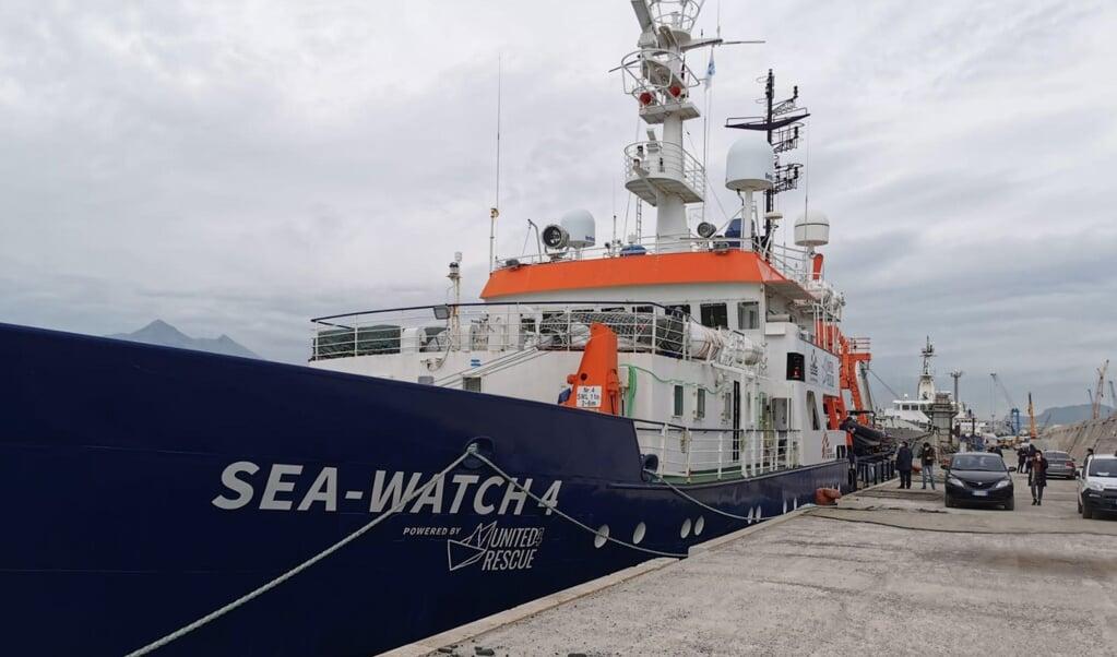 De Sea-Watch 4 werd van september tot maart door de Italiaanse autoriteiten aan de ketting gelegd in Palermo. De afgelopen weken vaart het schip weer uit om migranten te redden.  (beeld epa / Ignazio Marchese)