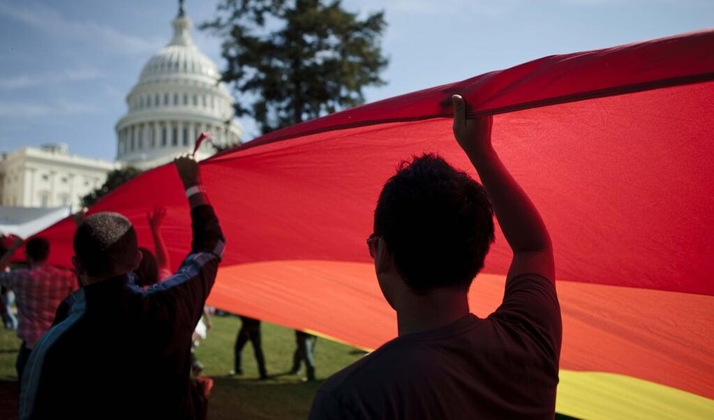 Een regenboogvlag nabij het Capitool in Washington.   (beeld afp / Brendan Smialowski)