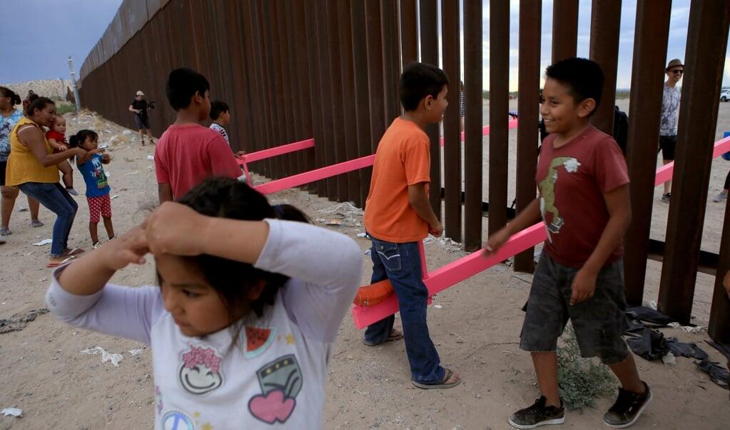 Op 29 juli 2019 konden kinderen bijna drie kwartier lang wipwappen op de grens van de Verenigde Staten en Mexico.  (beeld afp / Luis Torres )