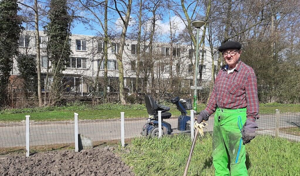 Leen Bijl komt vrijwel dagelijks vanuit Schiedam met zijn scootmobiel naar de tuin.  (beeld nd)