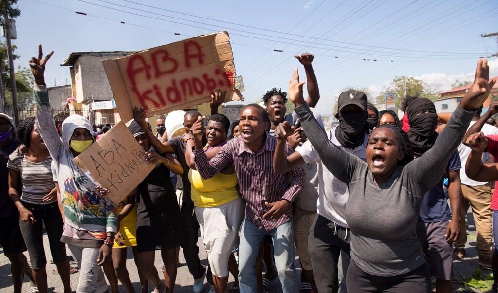 Een groep Haïtianen demonstreert in de hoofdstad Port-au-Prince tegen het grote aantal kidnappings.  (beeld epa / Orlando Barria)