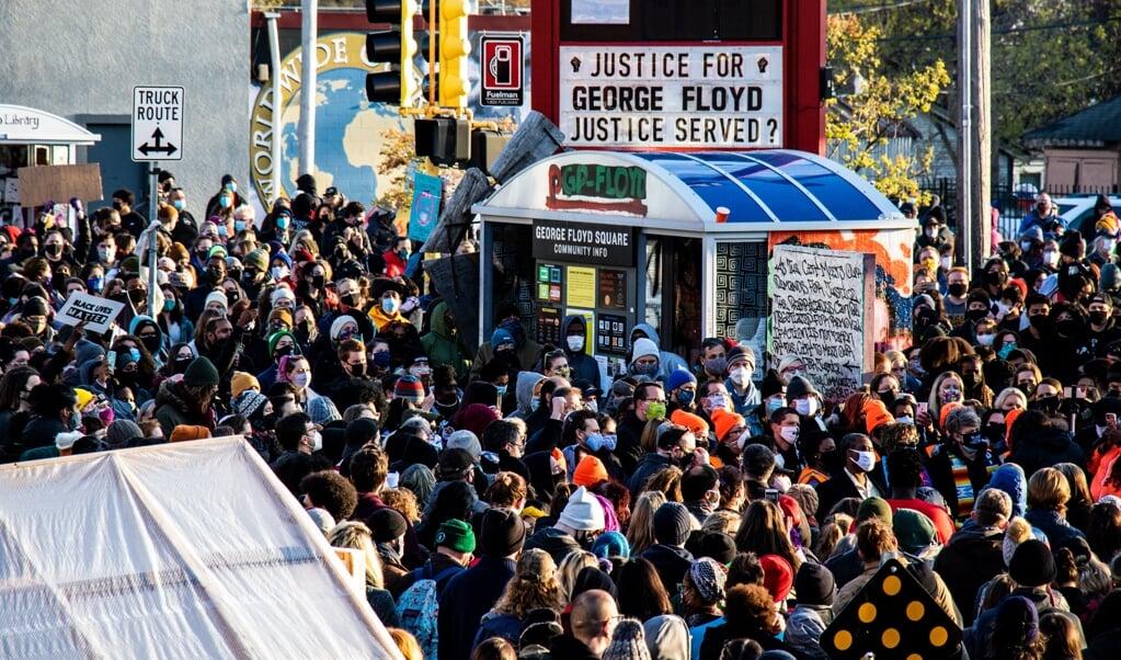Vreugdetranen bij de wachtende menigte voor de rechtbank.   (beeld afp / Peter Sherno)