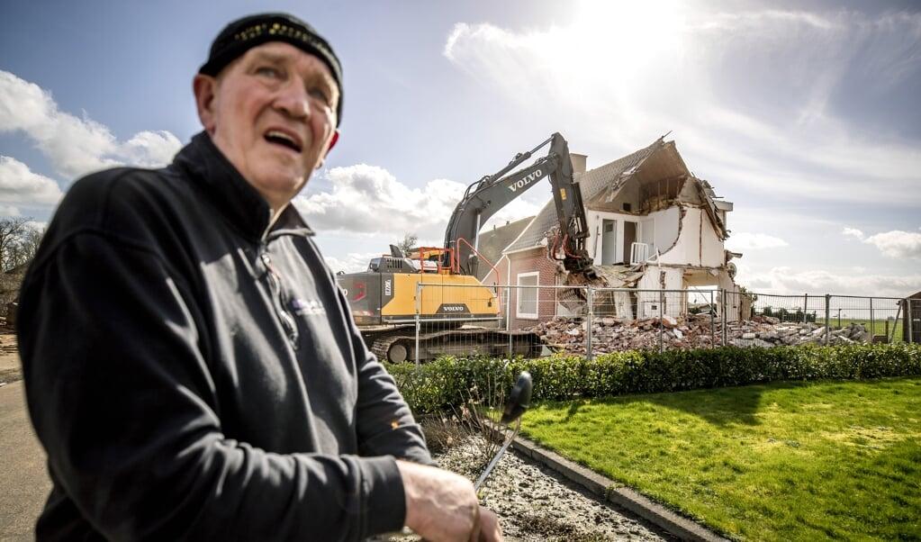 Sloopwerkzaamheden in het Groningse dorp Overschild: 80 procent van de huizen gaat plat. De huizen zijn beschadigd door jarenlange gaswinning in het gebied.  (beeld anp / Remko de Waal)