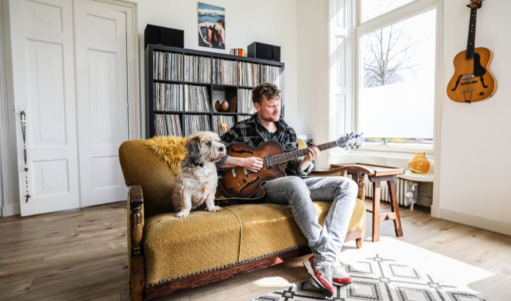 Voor zijn podcast heeft dominee Pieter Kars van de Kamp weer gitaarles genomen.  (beeld Maarten Boersema)