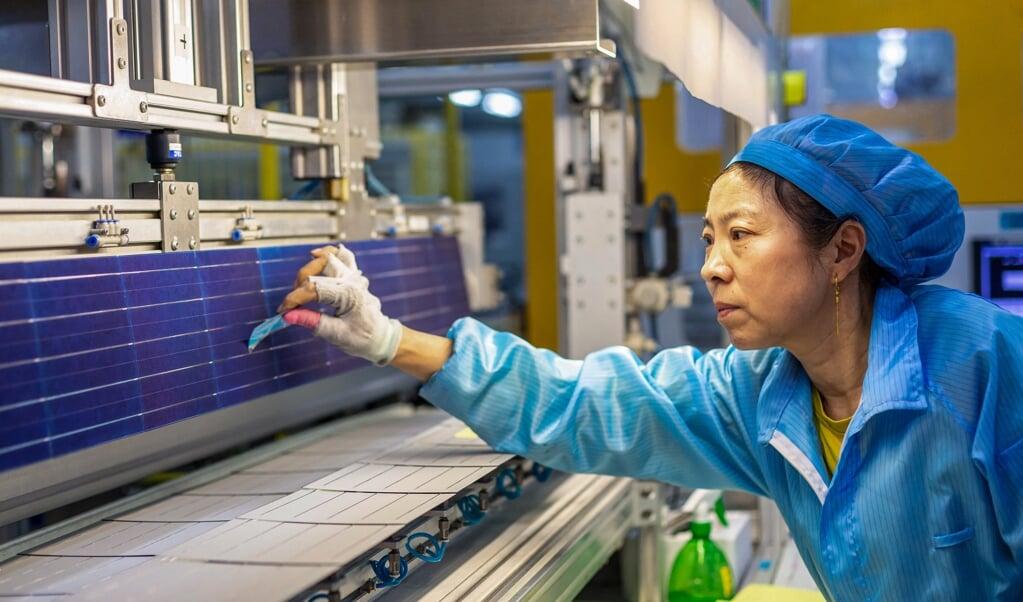 Medewerker in een fabriek voor de productie van zonnepanelen in de Oost-Chinese stad Haian,  (beeld str / afp)