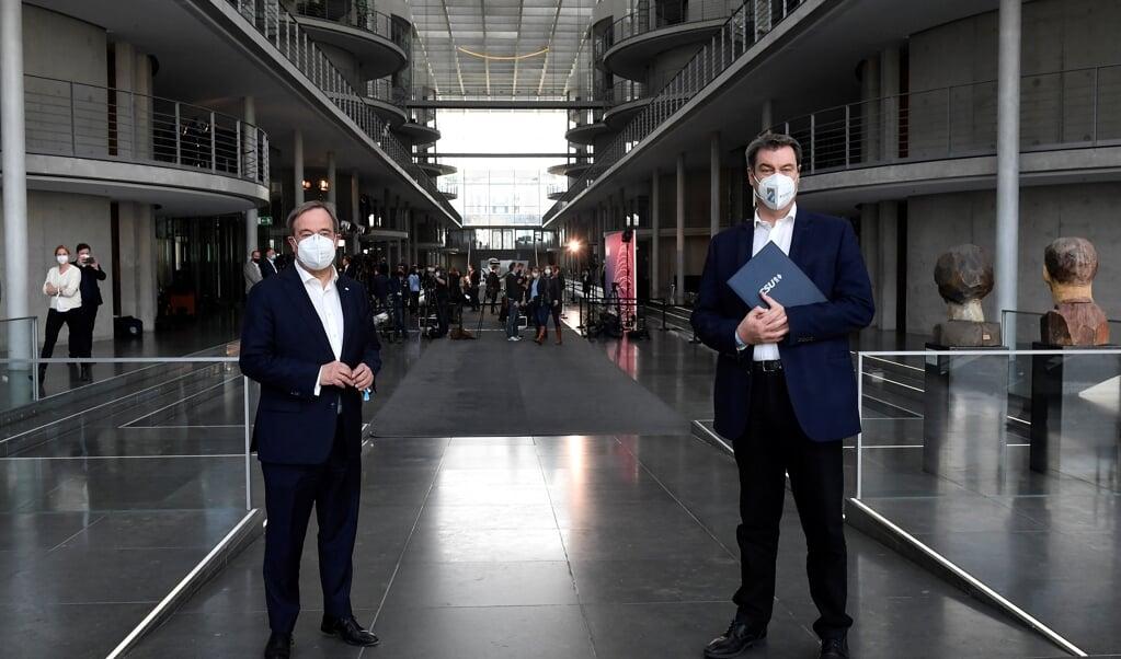 Armin Laschet (l.) en Markus Söder willen beiden CDU/CSU-lijsttrekker worden.  (beeld afp / Tobias Schwarz)
