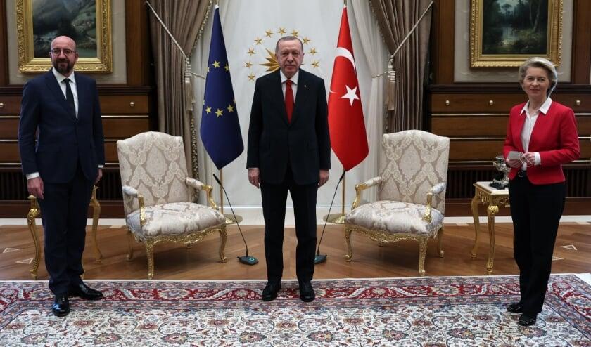 Bij de ontmoeting tussen Michel, Erdogan en Von der Leyen waren twee stoelen beschikbaar. Von der Leyen kreeg plaats op een zitbank.  (beeld afp / turkish presidency press office)
