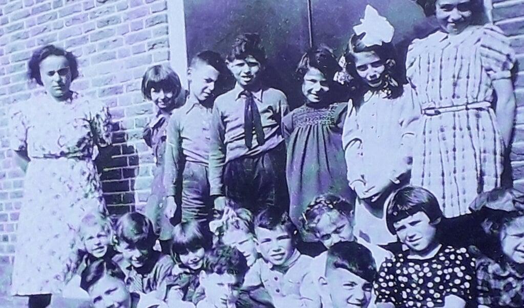 1942, Kaatje Cohen met haar Joodse klas in Amersfoort. De meeste kinderen zijn vermoord.  (beeld nd)