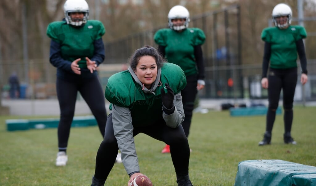 Een training van het American Football-damesteam in Rotterdam.  (beeld Bas Czerwinski)