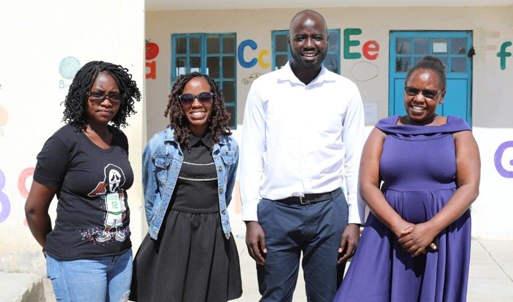 Grace Muthoni (rechts) en Zipporah Wangui (tweede van links) met hun team.  (beeld ayarhep)