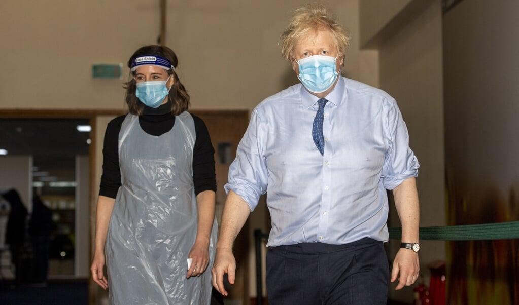 Boris Johnson tijdens zijn bezoek aan Jesus House for All The Nations in noord-London, tijdelijk ingericht als vaccinatielocatie.  (beeld afp / Geoff Pugh)