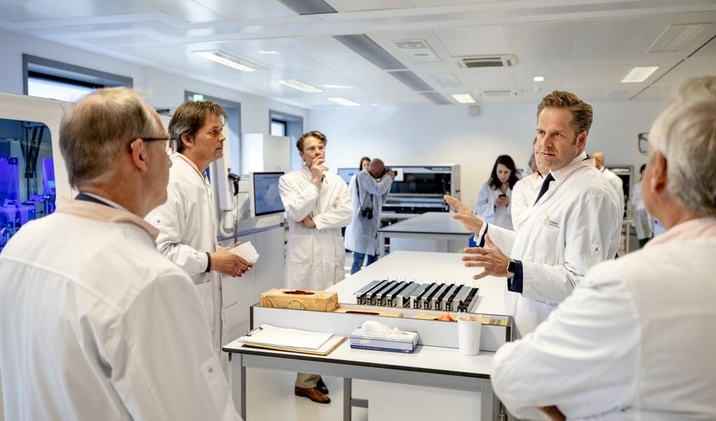 Minister Hugo de Jonge krijgt een rondleiding bij Sanquin. De bloedbank voert een omvangrijk testprogramma uit om in beeld te krijgen hoeveel Nederlanders besmet zijn geweest met het coronavirus.   (beeld anp / Sem van der Wal)