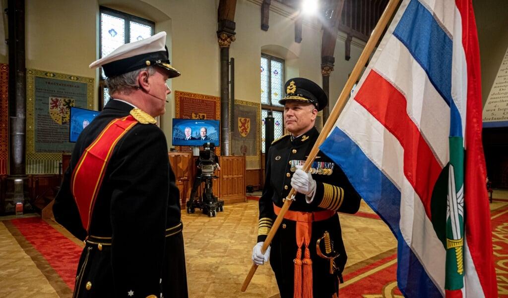 In de Ridderzaal in Den Haag neemt generaal Onno Eichelsheim (rechts) als Commandant der Strijdkrachten de leiding over de krijgsmacht op zich. Hij lost luitenant-admiraal Rob Bauer (links) af, die naar de NAVO gaat.  (beeld mediacentrum defensie)