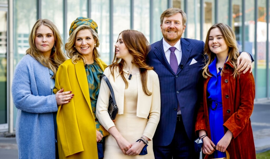 Koning Willem-Alexander en koningin Maxima poseren samen met hun dochters voor een groepsfoto bij vertrek.   (beeld anp / Royal Images Koen van Weel)