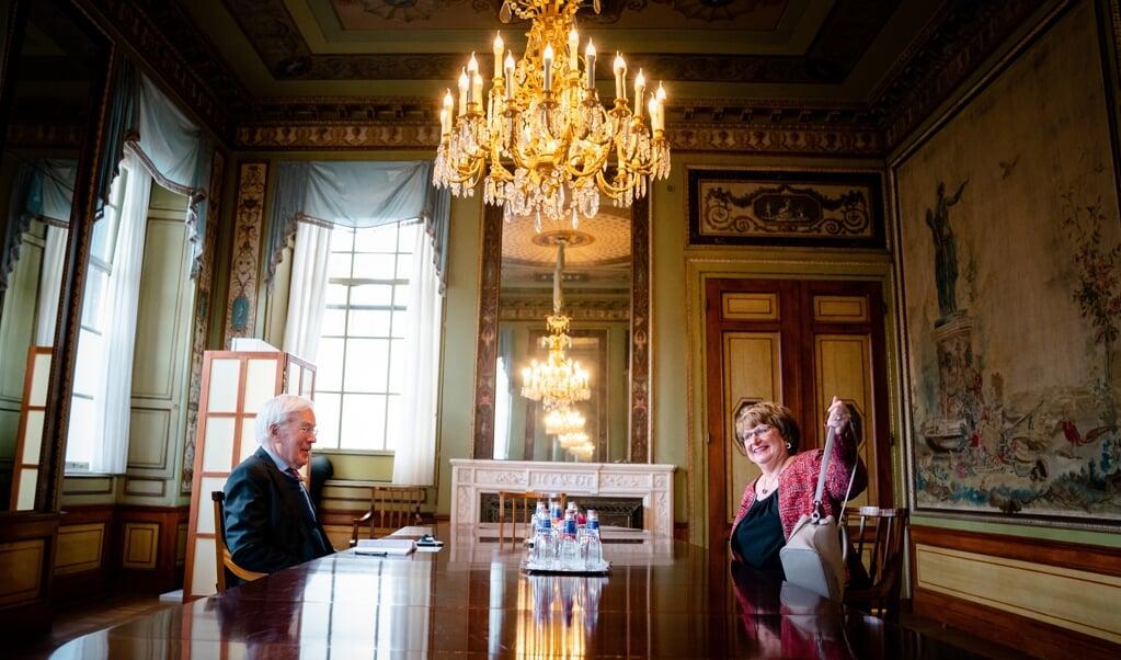 Informateur Herman Tjeenk Willink ontvangt woensdag Mariëtte Hamer, voorzitter van de Sociaal-Economische Raad.  (beeld anp / Bart Maat)