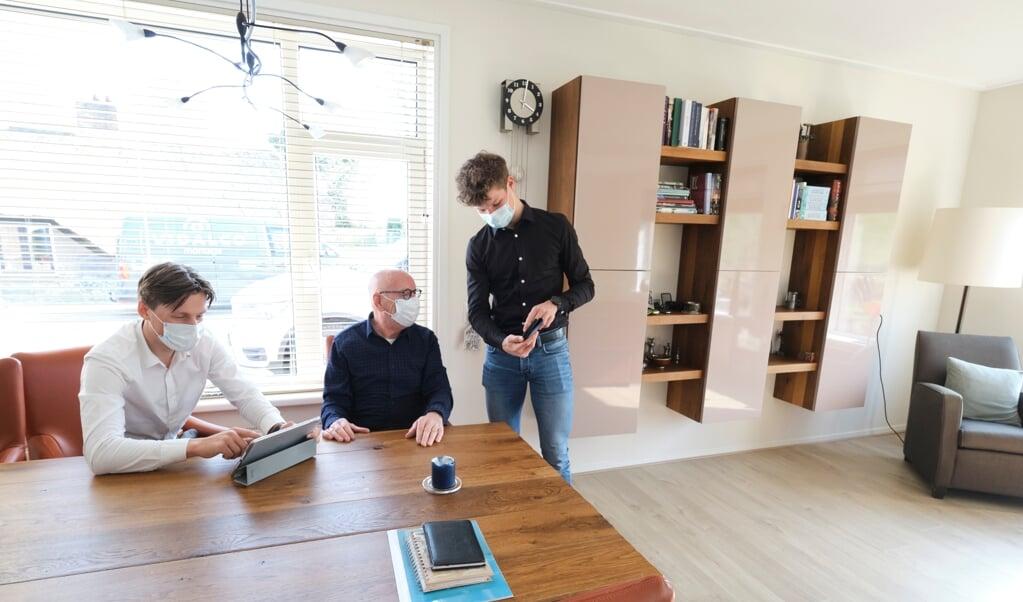 De studenten Stan Kleinlugtenbeld (l.) en Loek van Vilsteren (r.) hebben samen een bedrijfje, I solve IT, waarmee ze mensen helpen met computerzaken.  (beeld Dick Vos)