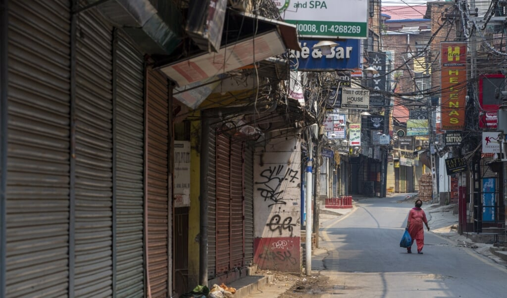 Lege straten in Kathmandu, nu Nepal opnieuw op slot gaat vanwege het hoge aantal besmettingen. Het R-getal in het land is bijna 2.  (beeld epa / Narendra Shrestha)