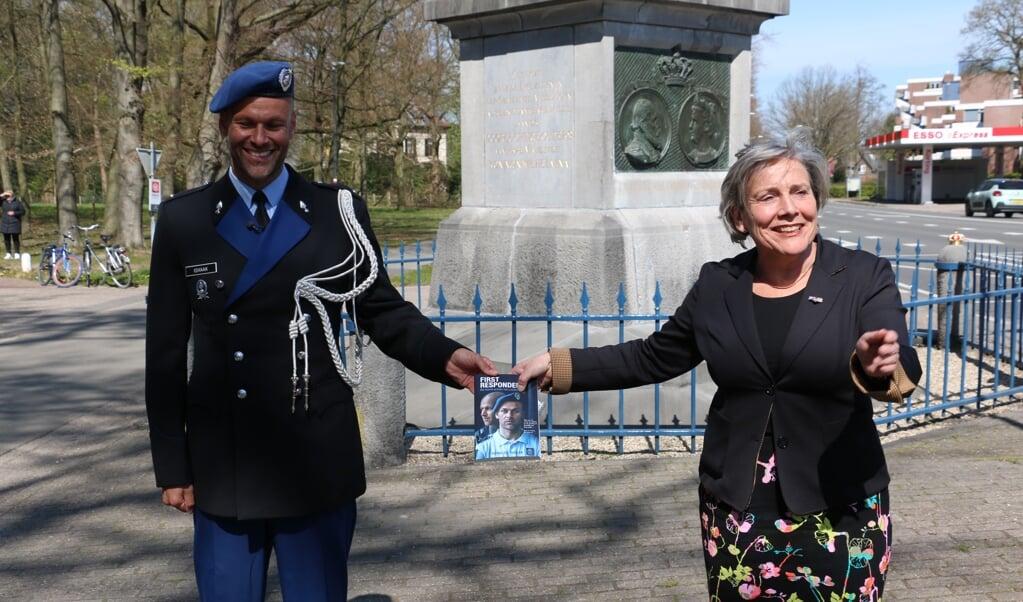 Demissionair minister Bijleveld van Defensie kreeg bij De Naald in Apeldoorn het eerste exemplaar van het boek van Renaldo Ishaak.  (beeld)