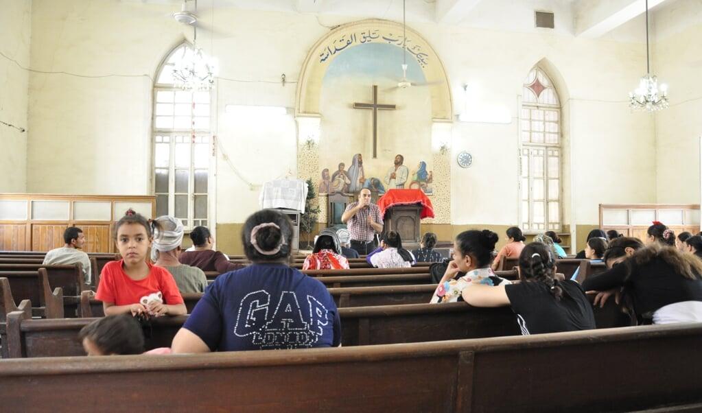 Voorganger Amer in de evangelische kerk van Abnub, Egypte.  (beeld Joost Scheffers)