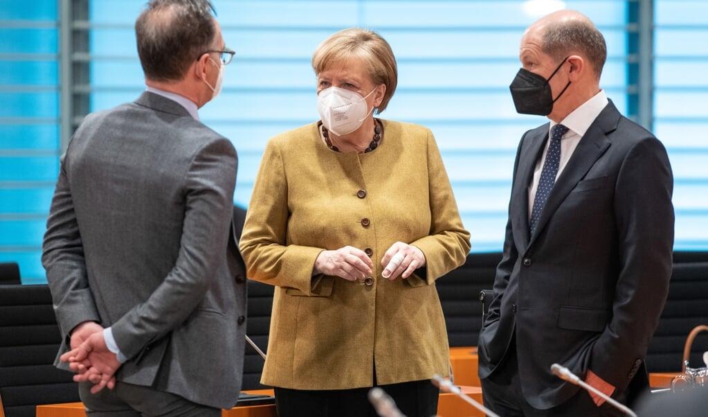 Angela Merkel met minister van Financiën Olaf Scholz en minister van Buitenlandse Zaken Heiko Maas.   (beeld epa / Andreas Gora )