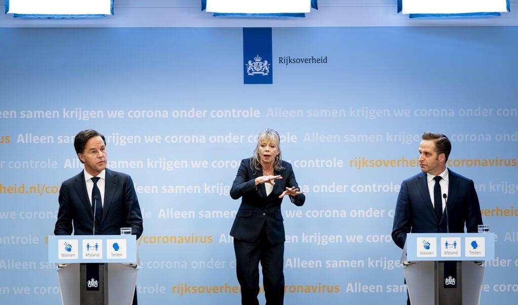 Demissionair premier Mark Rutte en demissionair minister Hugo de Jonge geven een toelichting op het coronabeleid.  (beeld anp / Bart Maat)