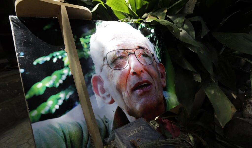 Portret van pater Frans van der Lugt op zijn graf in Homs.  (beeld afp / Joseph Eid)