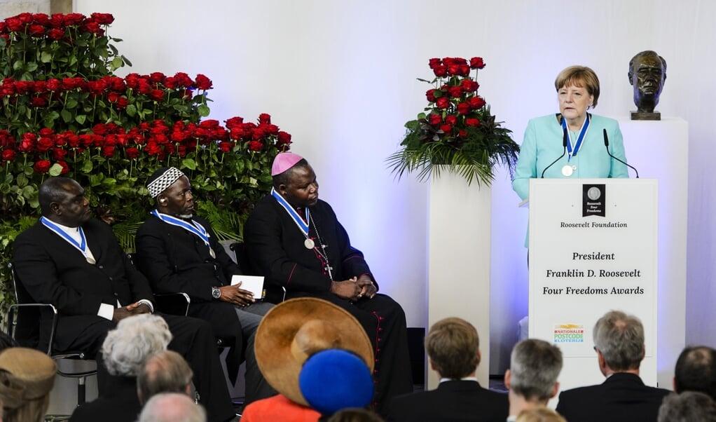 Afrikaans leiderschap: in 2016 ontvingen drie geestelijken uit de Centraal-Afrikaanse Republiek en de Duitse kanselier Merkel in Middelburg een Roosevelt Award. De drie droegen met een interreligieuze dialoog bij aan vrede in hun land.  (beeld anp / Remko de Waal)