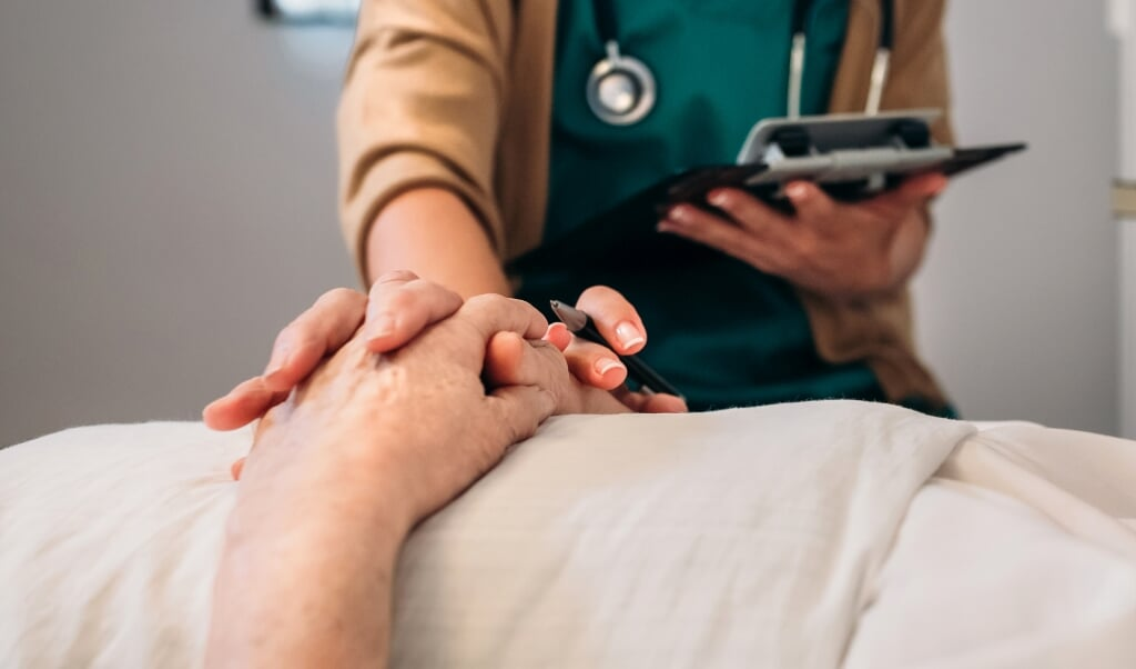 Terwijl artsen om volstrekt onbeduidende redenen het loodzware oordeel 'onzorgvuldig' moeten incasseren, blijven de echte vragen onbesproken.  (beeld istock)