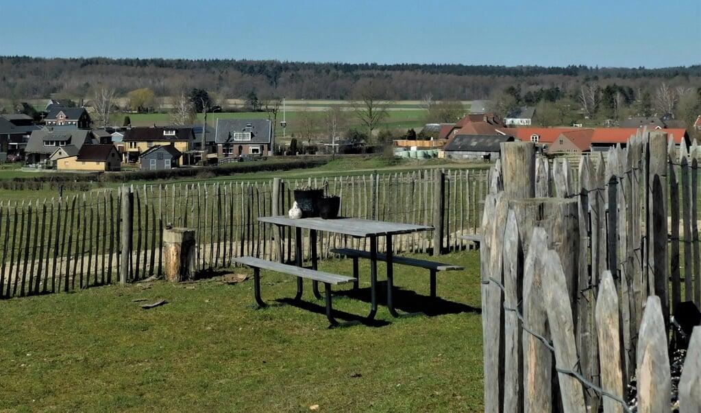 Bij de molen is een picknickplek met een mooi uitzicht op Stokkum en omgeving.   (beeld Roel Sikkema)