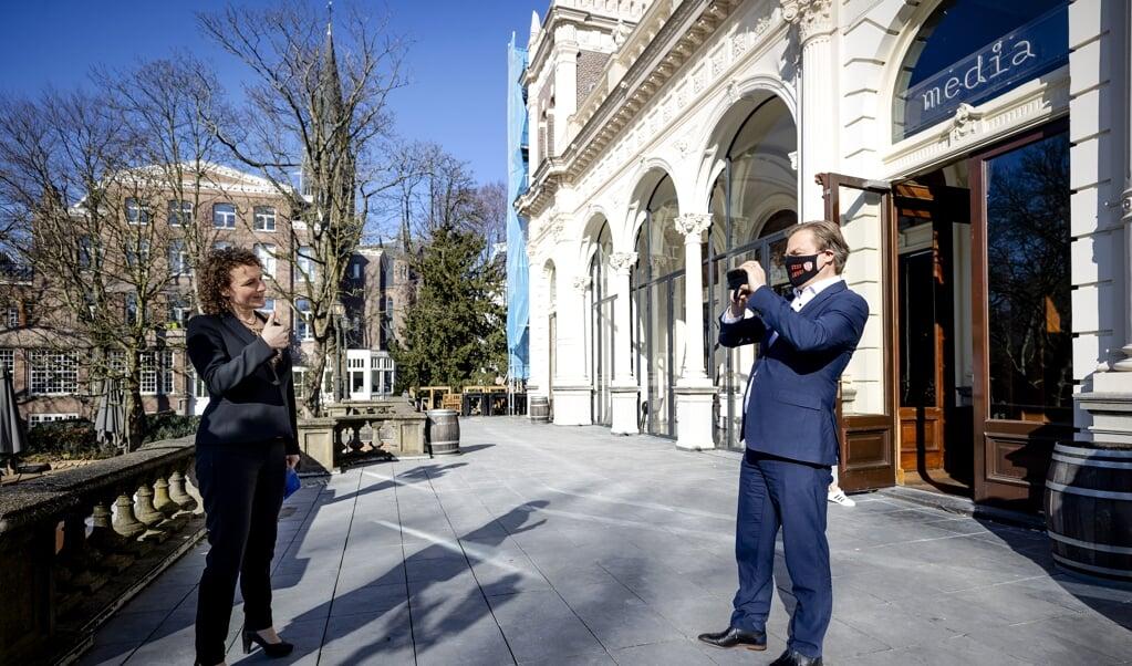 Pieter Omtzigt (CDA) en Renske Leijten (SP), februari dit jaar, tussen de bedrijven van een televisiedebat in Amsterdam door, waar de politieke 'nummers twee' met elkaar in debat gingen. Samen pakten ze door in de toeslagenaffaire.  (beeld anp / Robin van Lonkhuijsen)