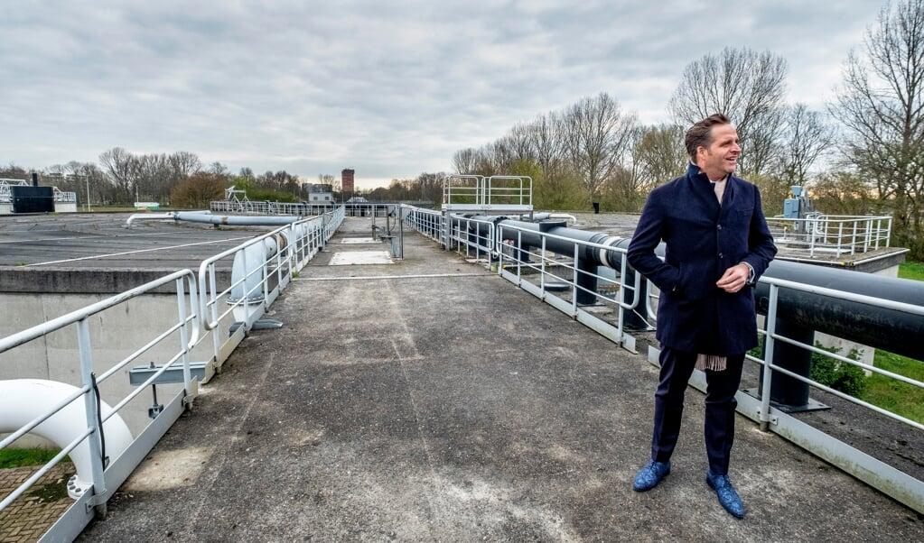 Minister De Jonge laat zich informeren in het waterlab in Leiden, waar wordt gemonitord hoeveel coronasporen er in het rioolwater zitten.   (beeld Raymond Rutting / vk)