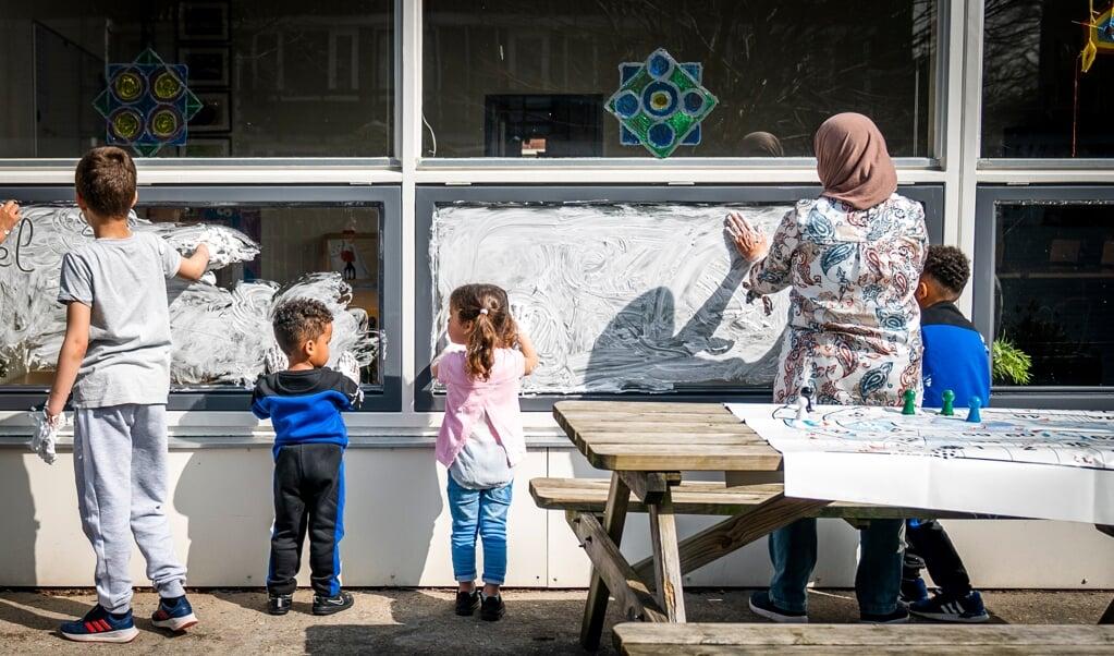 Kinderen spelen bij de spelinloop op de Brede School in Gouda.  (beeld Jeroen Jumelet)