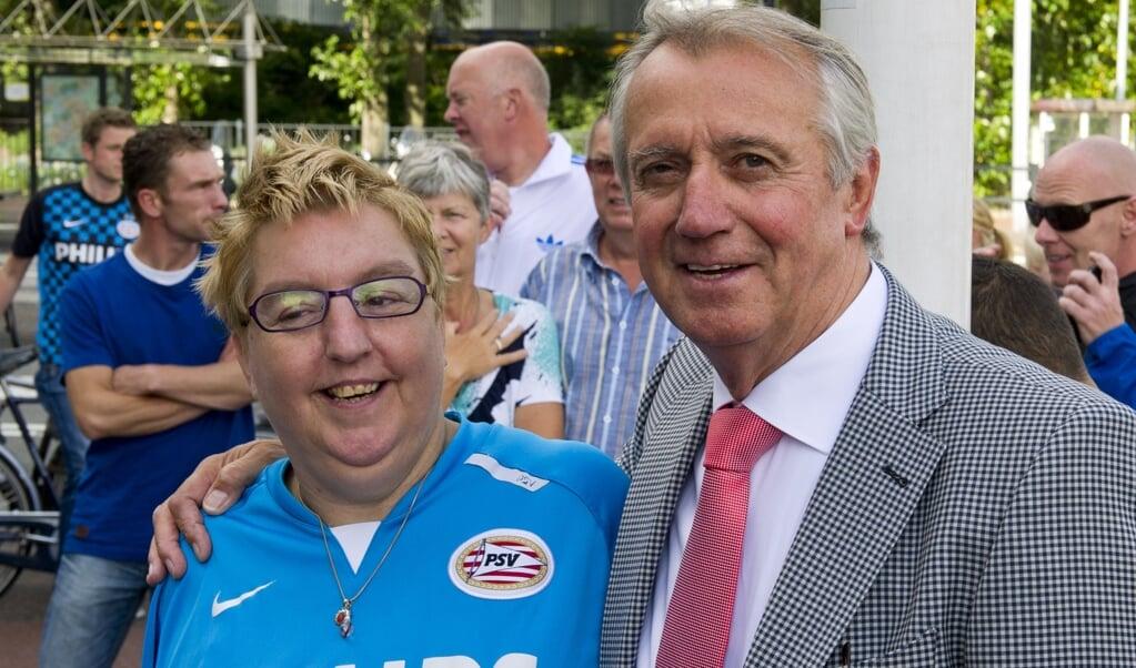 PSV-legende Willy van der Kuijlen met een supporter tijdens de viering van het 100-jarig bestaan van de Eindhovense club in 2013.  (beeld anp / Marcel Antonisse)