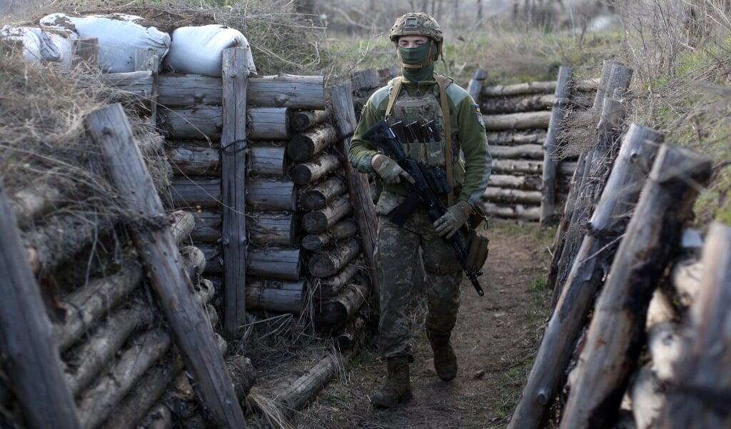 Een Oekraïense militair in een loopgraaf bij Lugansk.  (beeld afp)