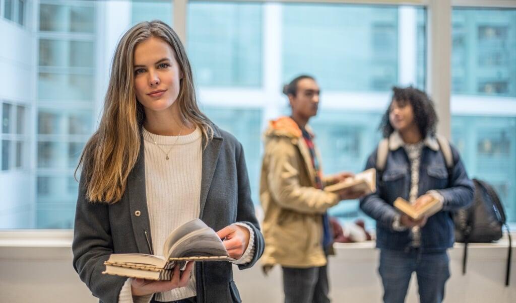 Slimme jongeren worden in een klas vaak interessanter gevonden dan hun leeftijdsgenoten die wat minder intelligent zijn.   (beeld istock)