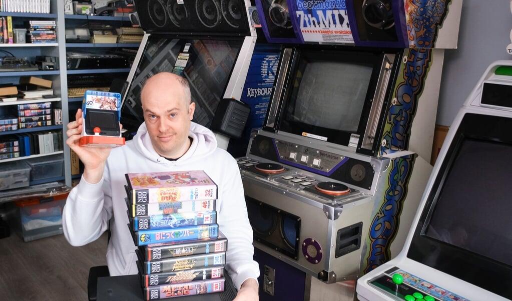 Johan Veenstra heeft bijna tachtig spelcomputers en talloze games.  (beeld Dick Vos)