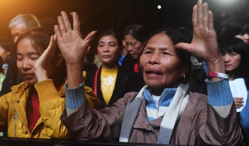 Vietnamese christenen luisteren naar Franklin Graham in het Quan Ngua Sports Stadium in Hanoi.  (beeld afp / Hoang Dinh nam)
