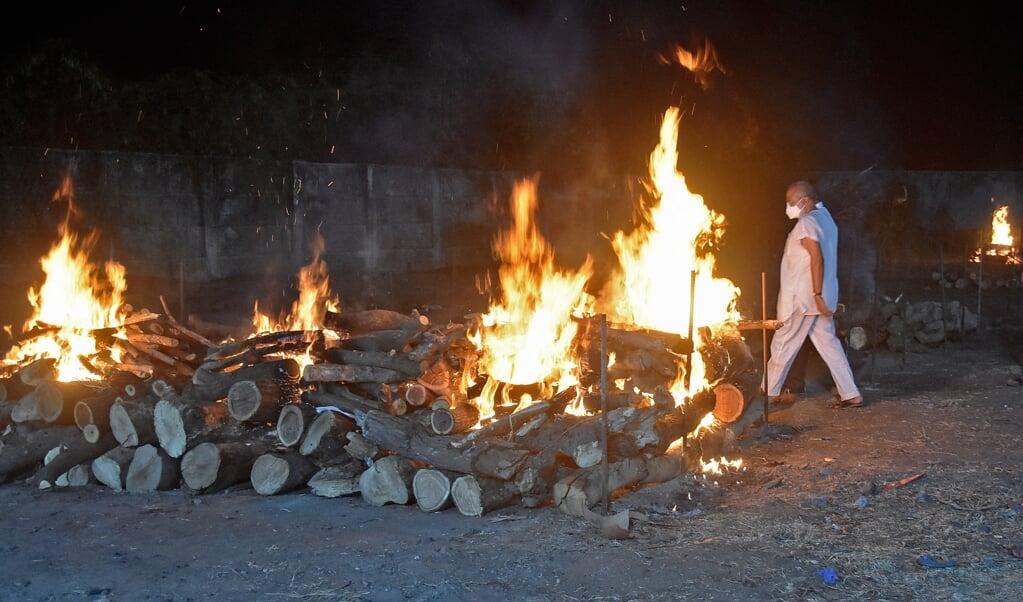 Openlucht-crematie van aan de gevolgen van corona gestorven Indiërs.   (beeld afp)