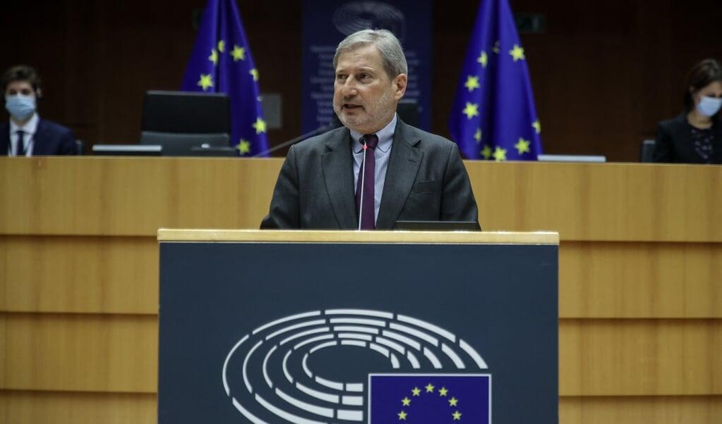 Europees Commissaris Johannes Hahn van Budget.  (beeld afp / Aris Oikonomou)
