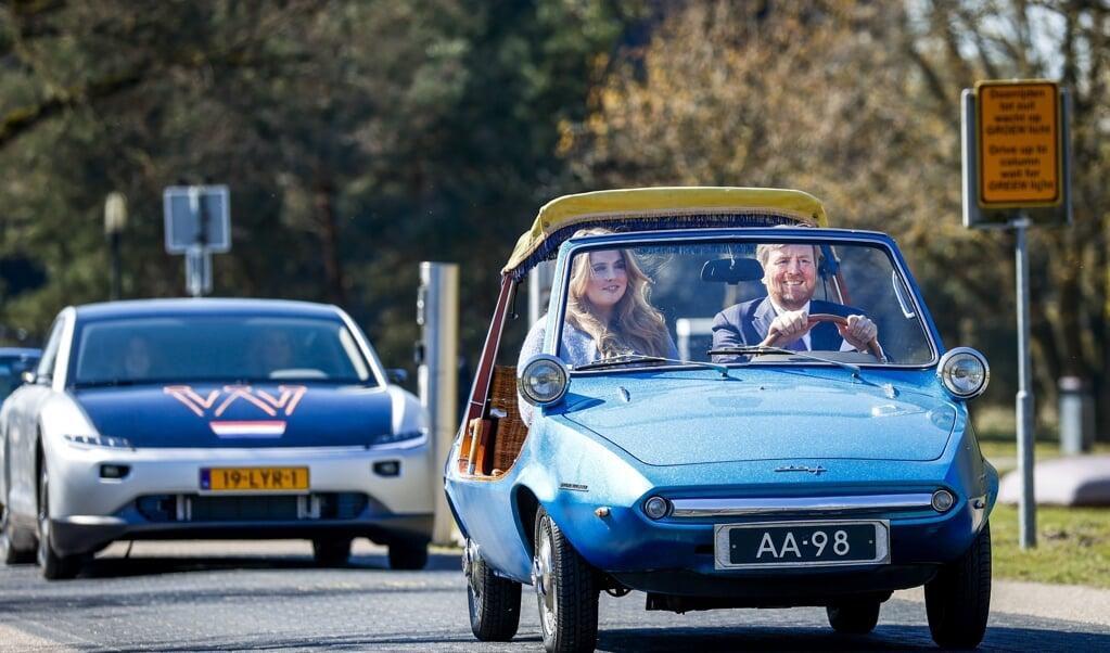 De koning en Amalia komen aan in een 55 jaar oude Daf, samen met 25 andere bijzondere voertuigen.  (beeld anp / Koen van Weel)