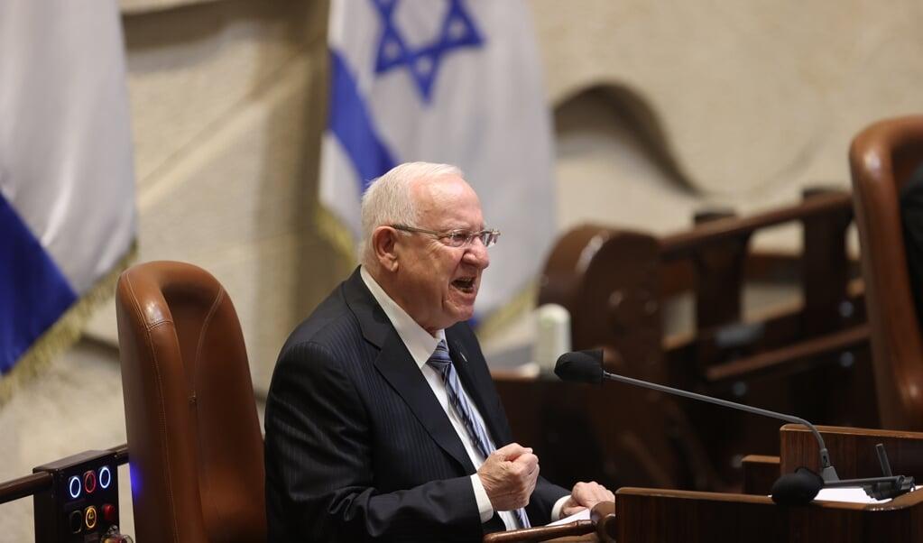 President Reuven Rivlin houdt de nieuwe Knesset voor dat de toekomst van het land gevaar loopt door de politieke verdeeldheid.  (beeld epa / Alex Kolomoisky)