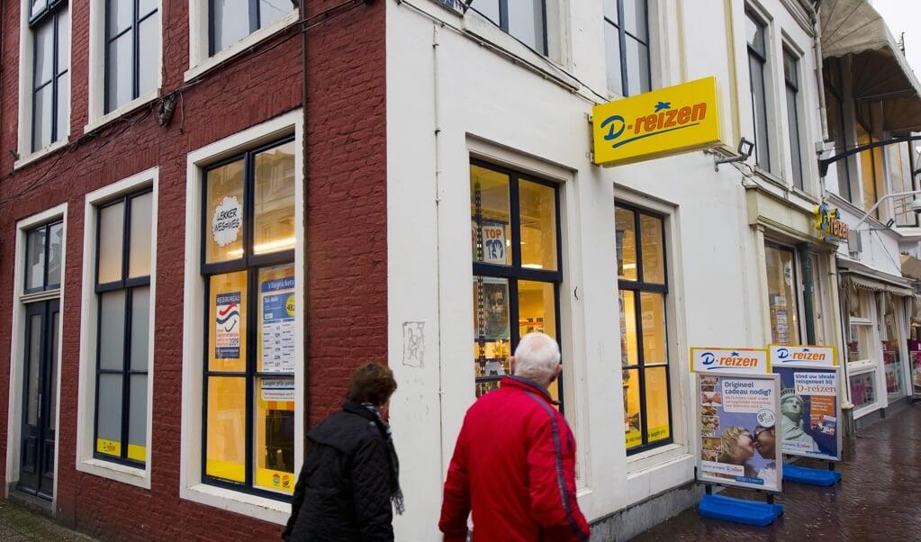 2011-02-01 17:38:59 LEEUWARDEN - Exterieur van de D-reizen winkel in Leeuwarden. Mededingingsautoriteit NMa is dinsdag binnengevallen bij D-reizen, de grootste keten van reisbureaus van Nederland. Dat heeft de NMa bevestigd. De inval maakt deel uit van het onderzoek naar prijsafspraken in de reisbranche dat vorig week is ingezet. ,,Dat is een branchebreed onderzoek'', aldus een woordvoerster. ANP FRANK VAN BEEK  (beeld anp / Frank van Beek)
