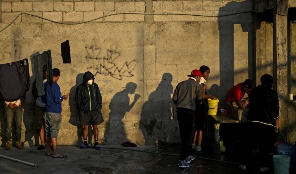 Midden-Amerikaanse migranten wassen zich in de Sagrada Familia-opvang terwijl ze wachten op de zogenaamde La Bestia (Het Beest) goederentrein, in een poging de Amerikaanse grens te bereiken, in Apizaco, in Mexico.  (beeld afp / Pedro Pardo)