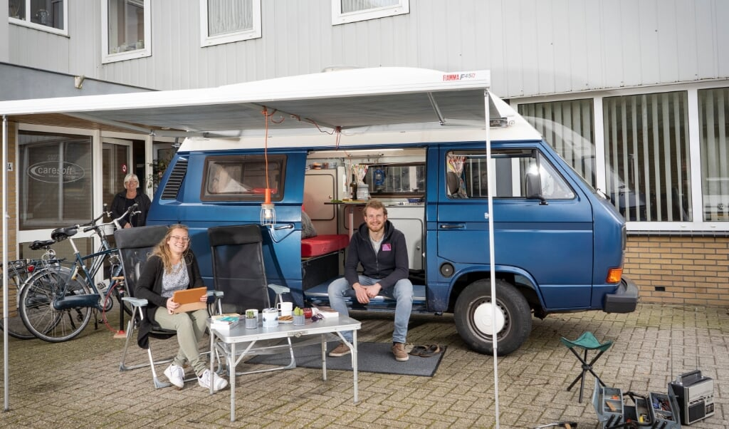 Maurits en Rianne van Mourik zijn met hun Volkswagen T3 Camper vertrokken naar het Franse St. Antonin-Noble-Val voor een seizoen vrijwilligerswerk op een evangelisch vakantiecentrum.   (beeld Niek Stam)