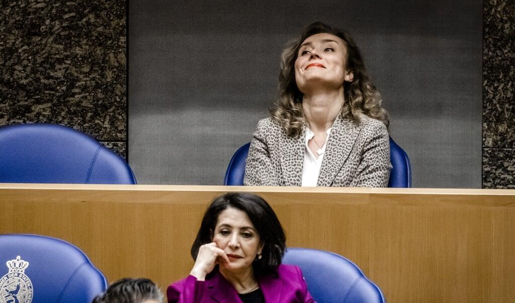 De nieuwe Tweede Kamervoorzitter Vera Bergkamp (boven) neemt het stokje na vijf jaar over van Khadija Arib.  (beeld anp / Remko de Waal)