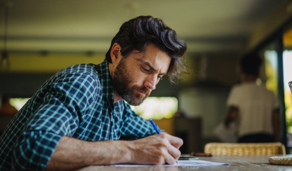 'Met een pen opgeschreven informatie blijkt beter te worden onthouden digitaal genoteerde informatie.'  (beeld istock)