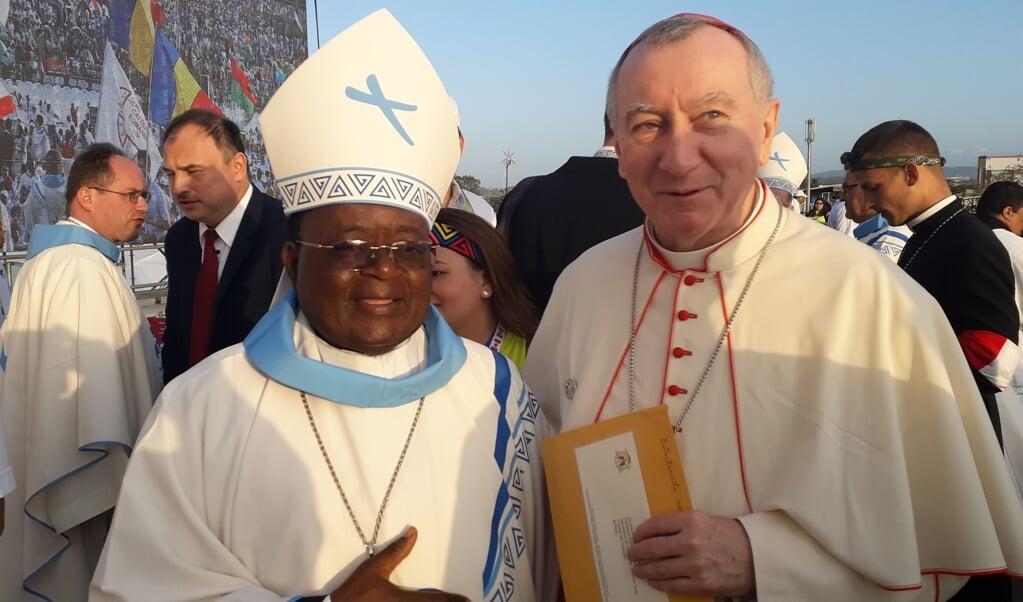 Aartsbisschop Cyprian Kizito Lwanga van Kampala tijdens de Wereldjongerendagen in Panama samen met kardinaal Pietro Parolin.  (beeld nd)