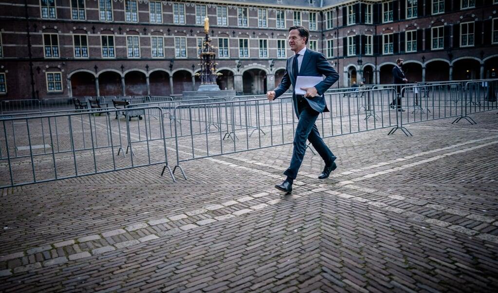 Mark Rutte (VVD) arriveert op het Binnenhof voor een tweede gesprek met informateur Herman Tjeenk Willink.    (beeld anp / Bart Maat)