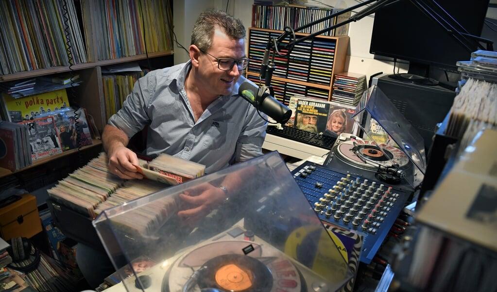 Radiopiraat Erik Engelbertink alias Twentse Tukker draait elke woensdagavond voor radiostation Olympia, het grootste legale piratenstation van Nederland.  (beeld Marcel van den Bergh)